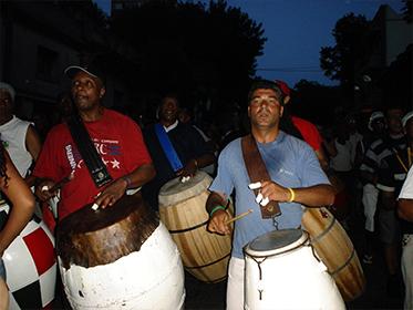 Llamada De Tambores. Cuerda Del Barrio Palermo Dirigiéndose Hacia El Barrio Sur. Montevideo, Isla De Flores, 6 De Enero De 2006. Foto: Santiago Navratil.