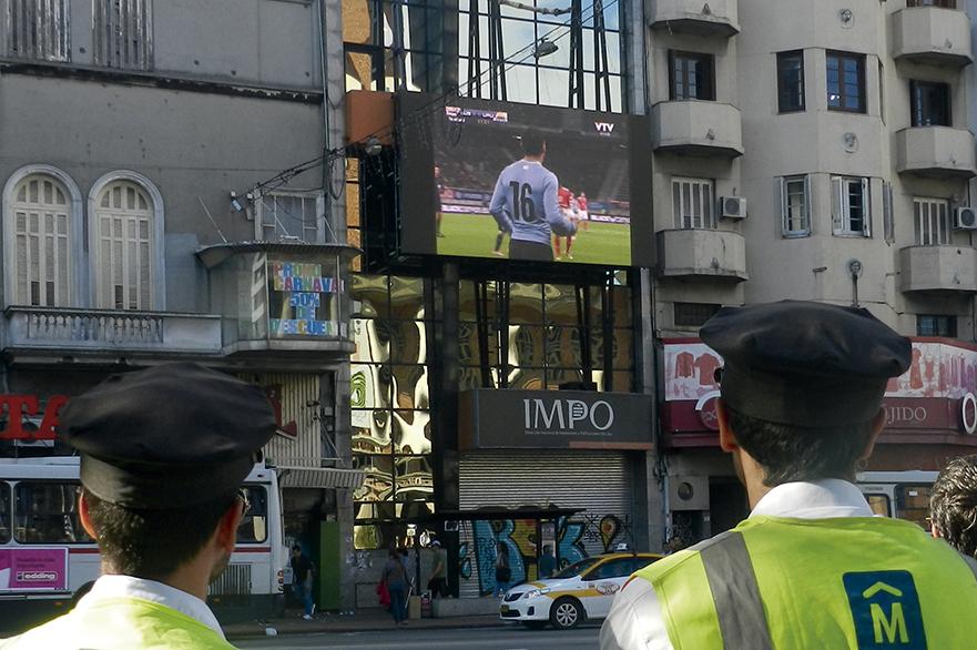 05 – INSPECTORES DE TRANSITO MIRAN EL PARTIDO EN PANTALLA IMPO. MUNDIAL BRASIL 2014. URUGUAY – INGLATERRA.
