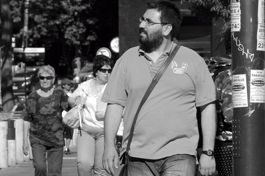 09 – TRANSEUNTE MIRA A LA PANTALLA IMPO. RECITAL DE JORGE NASSER, AUTORES EN VIVO DE AGADU. 2013.