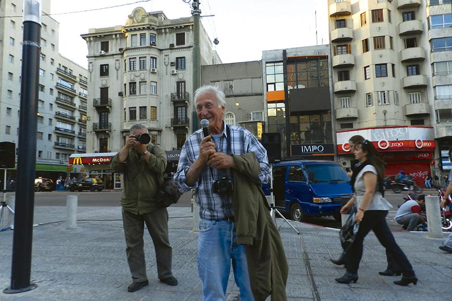 24 – AURELIO GONZALEZ PRESENTA AL PIE DEL ARBOL BLANCO. CICLO DE CINE URUGUAYO, LINTERNA MAGICA. 2011.