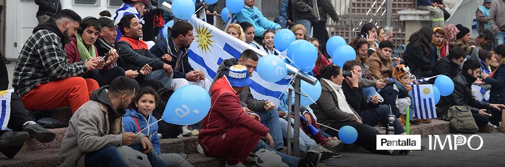 Hinchas miran atentos la selección uruguaya de fútbol por Pantalla IMPO