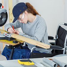 mujer trabajando en silla de ruedas
