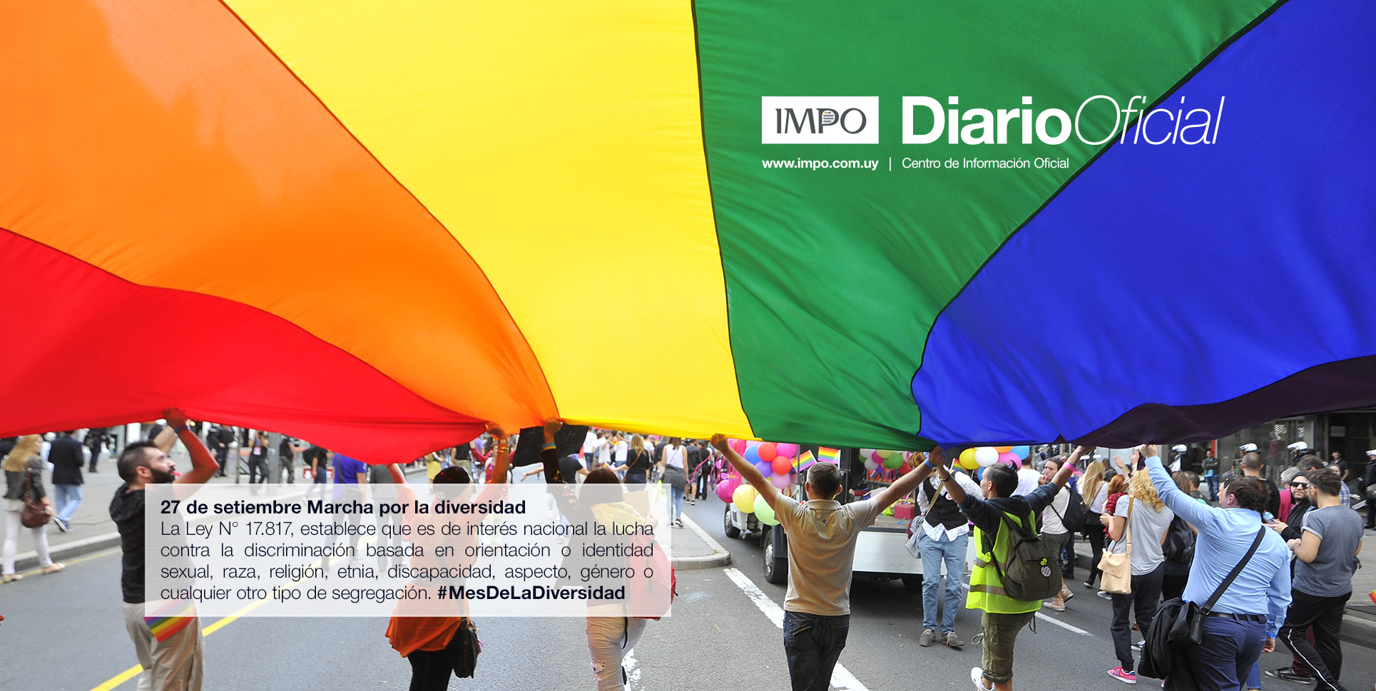 Participantes De Manifestación Cubiertos Por Bandera De Arcoiris