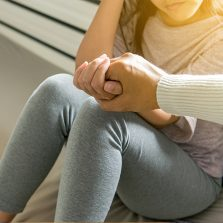 Gesto De Mano Apoyando Sobre Otra De Adolescente
